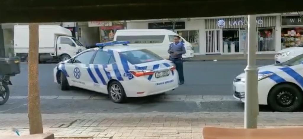 Traffic officer fails at parallel parking