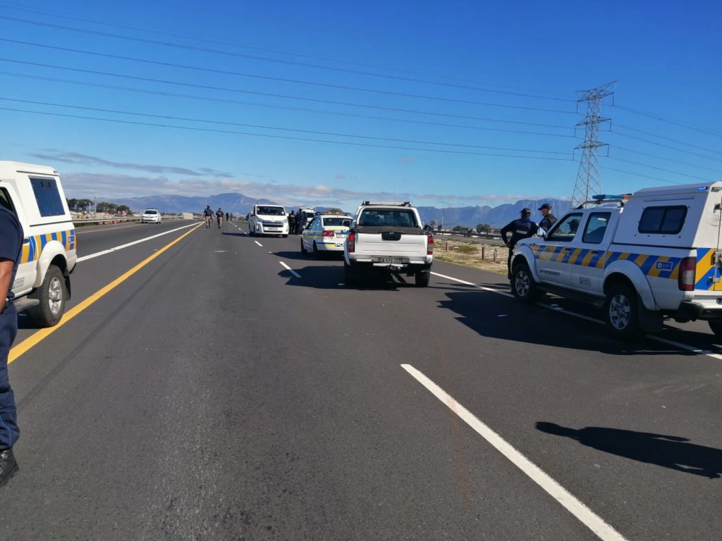 R300 closed as residents attempt to loot truck