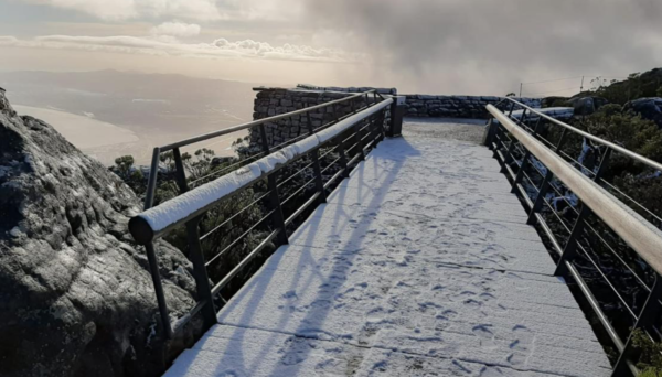 Visitors permitted to see Table mountain snow