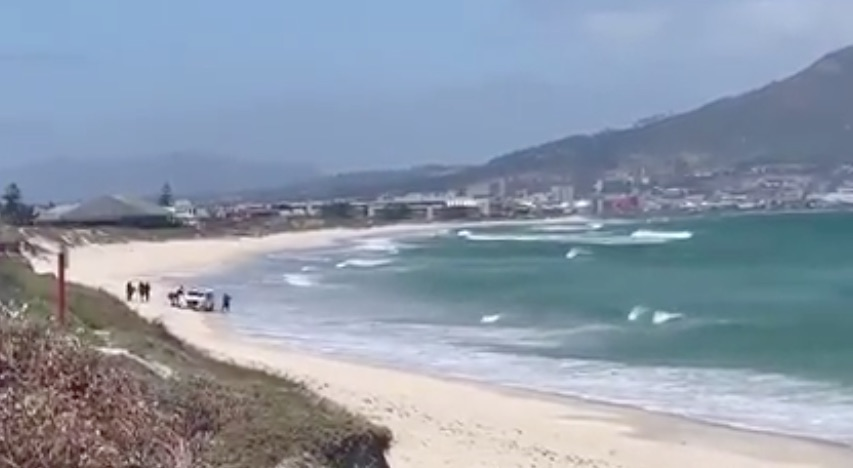 VIDEO: Police van stuck in the sand on Sunset Beach