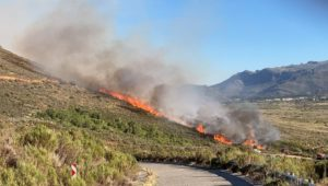 Blaze in the mountains above Franschhoek continues to burn