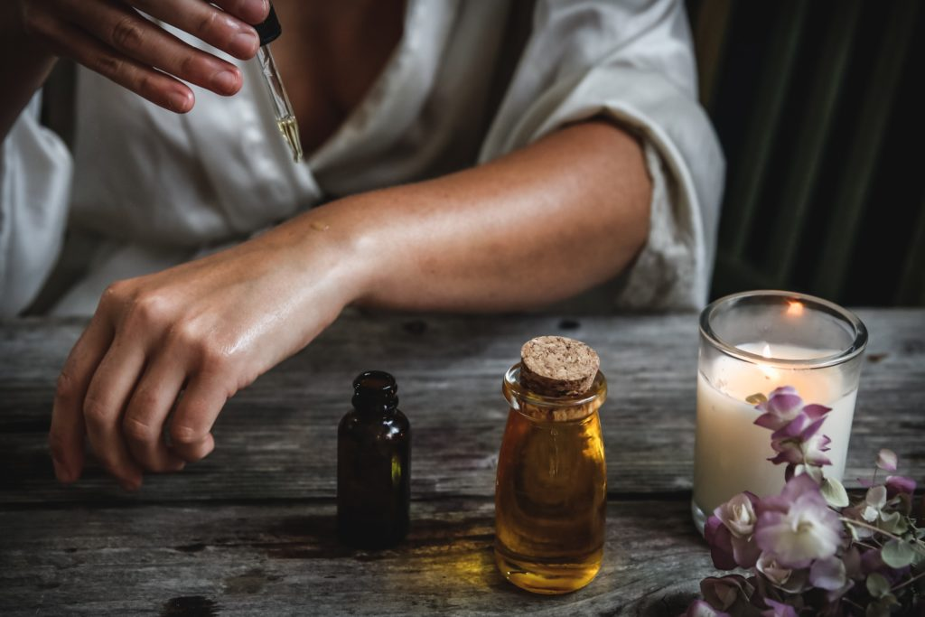 What are the benefits of using tea tree oils?
