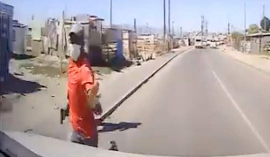 WATCH: 3 men try to hijack a cigarette van in Khayelitsha