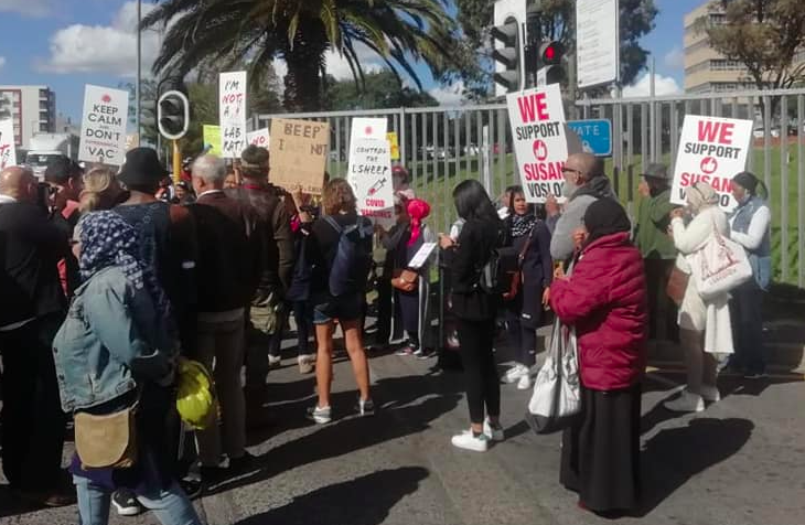 Anti-vaxxers picket outside Groote Schuur Hospital